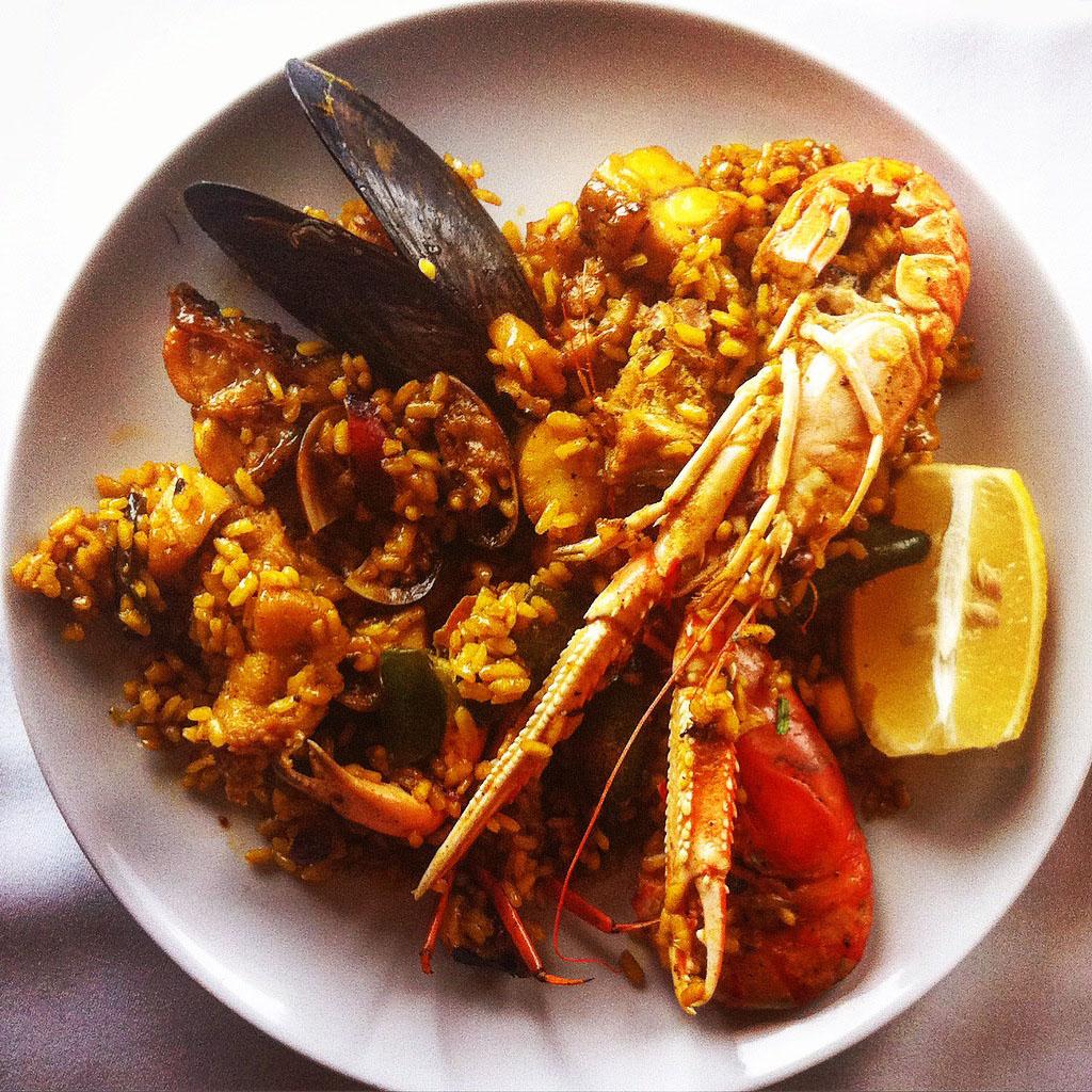 Detalle plato paella marisco y pescado en Can Pujol, Ibiza