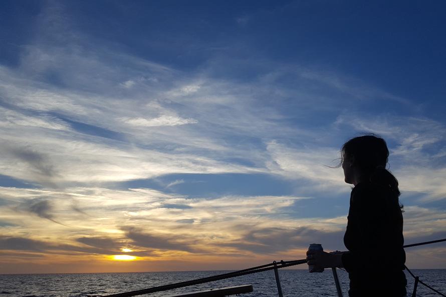 Disfruta de una tranquila puesta de sol a bordo de nuestro barco Pascual ©Paquita/Ulises Cat